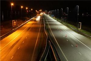 Слева – дорога с обычными фонарями. Справа – со светодиодами